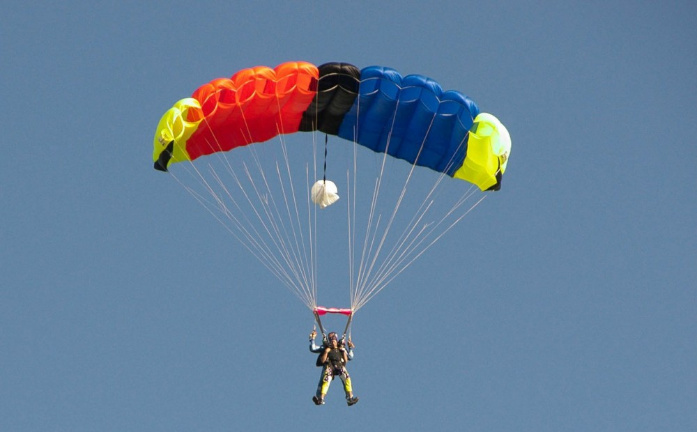 skydiver-376783_1280